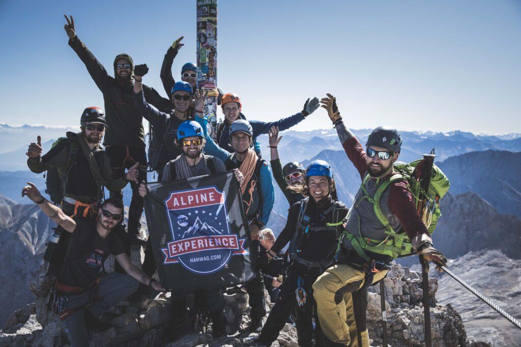 Lars Merulla og resten af Hanwag Alpine Experience-holdet på toppen af Zugspitze.